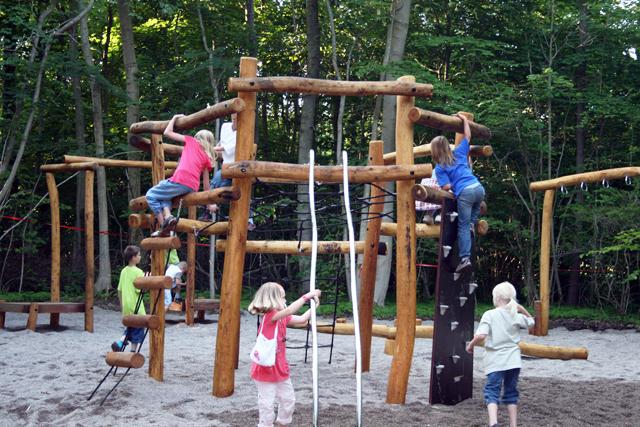 Børnene har indtaget den store legeplads